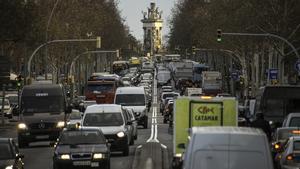 Atasco de coches en la Gran Via de Barcelona. Al fondo, la plaza de Espanya