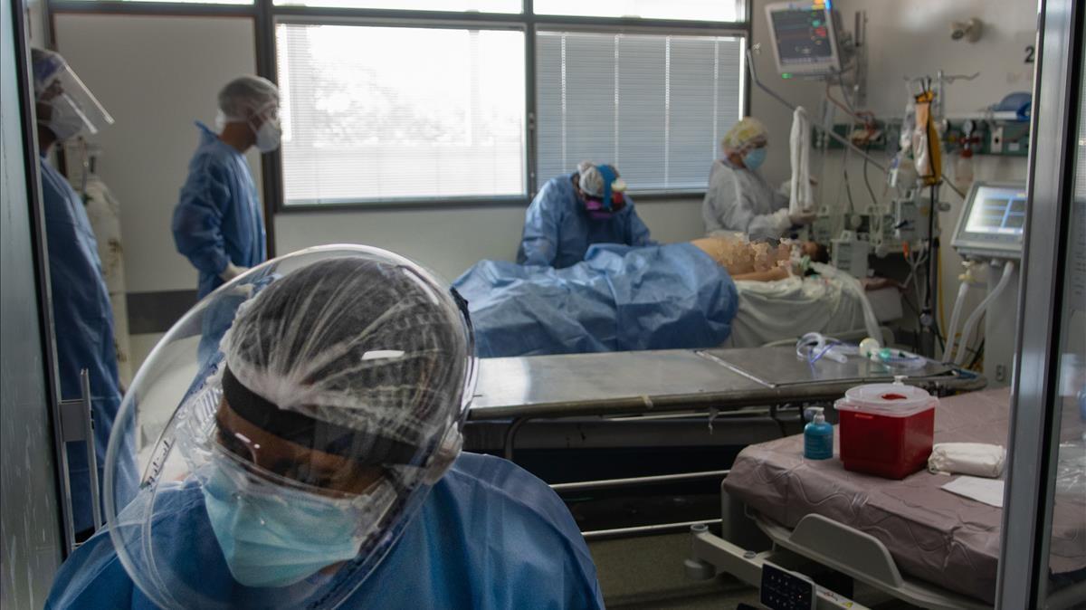 Sanitarios atienden a un paciente el pasado día 16, en la unidad de cuidados intensivos del departamento de coronavirus de un hospital del Buenos Aires.