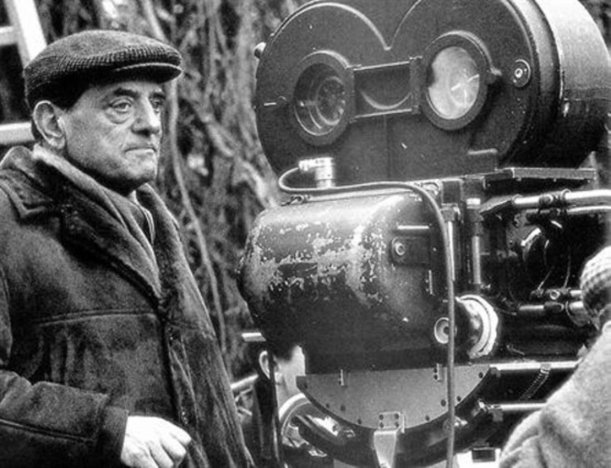 Luis Buñuel, durante el rodaje de una de sus películas.