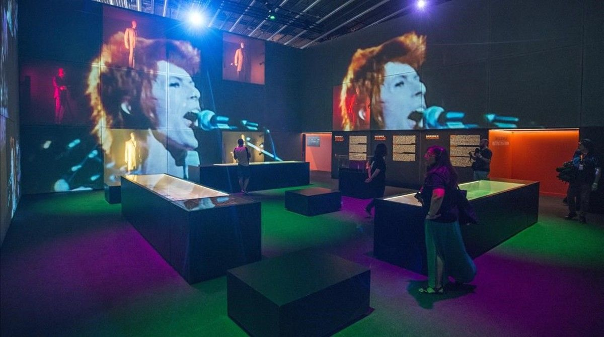 Uno de los espacios de la exposición 'Bowie is' en el Museu del Disseny.