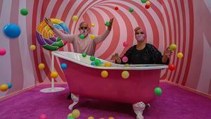 Hugo Silva y Carla Santos, creadores de The Sweet Art Museum, posan en uno de los escenarios color de rosa de su versión barcelonesa.