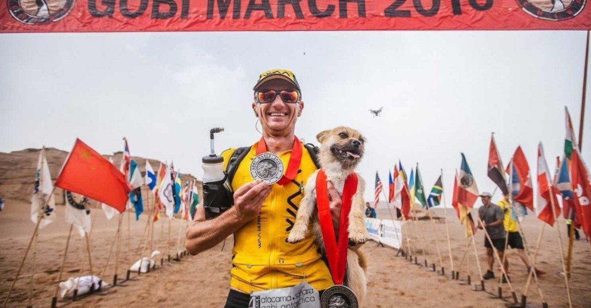 El atleta Dion Leonard con el perrito Gobi.