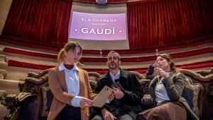 Los tres actores, en la sala de la Reial Acadèmia de Medicina de Catalunya.
