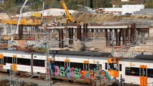 Un tren con grafitis en la estación de la Sagrera.