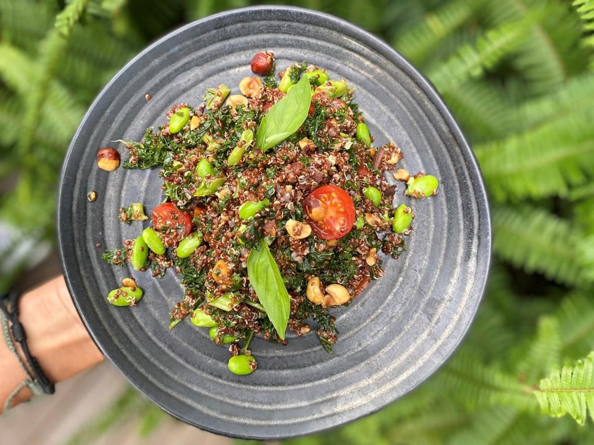 Ensalada dekale orgánico, quinoa, tomatescherry, avellanas y vinagreta de miso de The Green Spot.