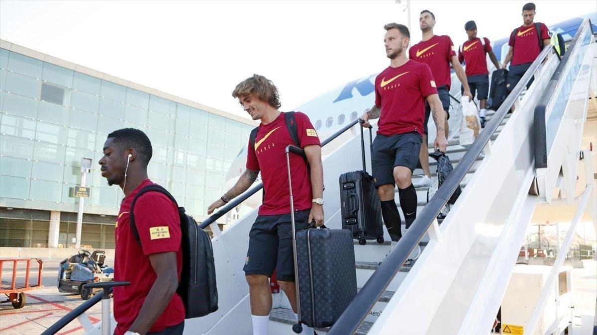 Dembélé yGriezmann encabezan el desembarco del avión que devolvió al Barça desde Tokio.