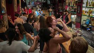 Ambiente en el interior de un bar musical en Barcelona.