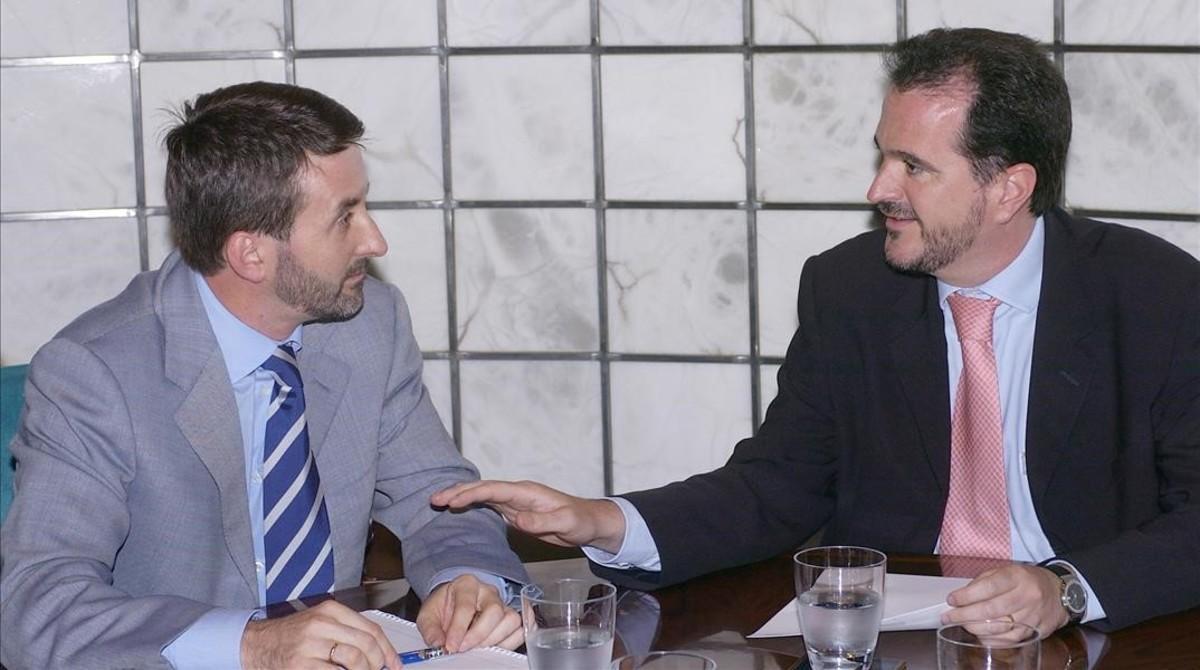 Josu Jon Imaz (PNV) y Carlos Iturgaiz (PP), reunidos en julio del 2004, en el marco de la ronda de contactos del primero, tras asumir el mando de su partido, con otras fuerzas.