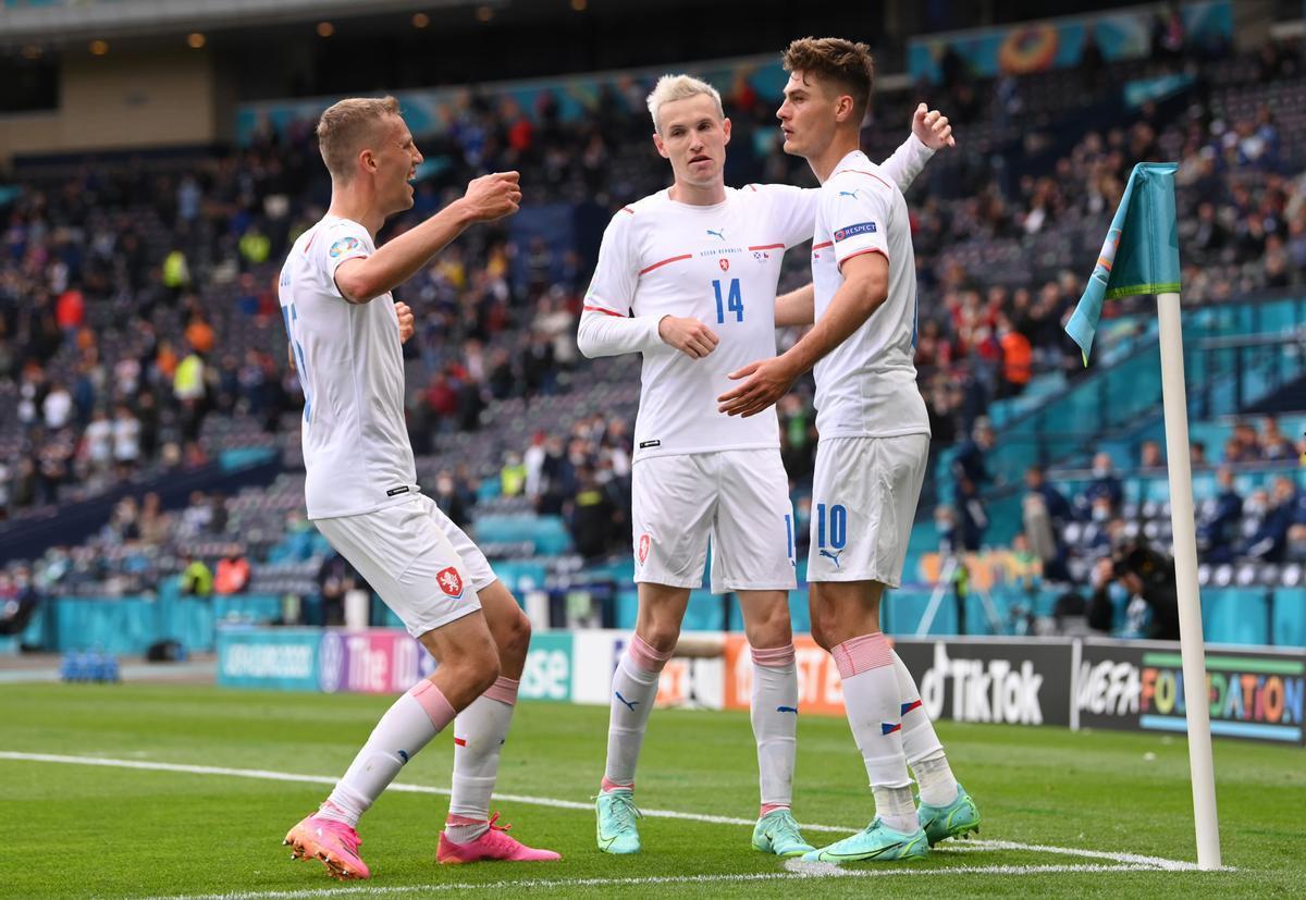 Los jugadores checos celebran el primer tanto ante Escocia