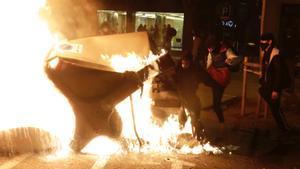 Graves disturbios en Catalunya tras la detención de Hasél