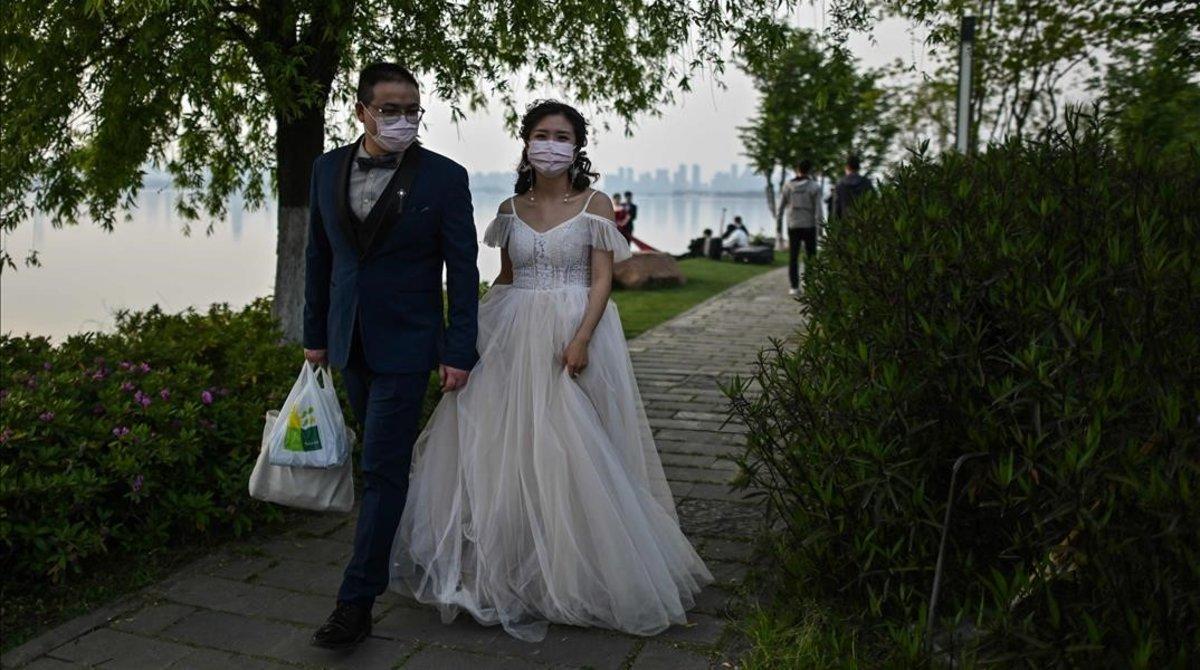Una pareja de recién casados en Wuhan, cuna de la pandemia, el pasado domingo.