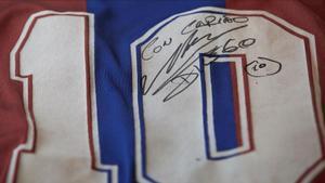 La camiseta de Maradona, expuesta en el Museo del Camp Nou, con su firma.