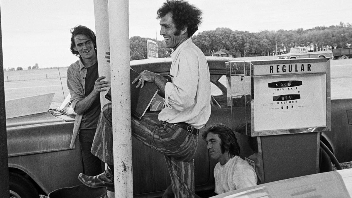 Monte Hellman, en el centro, con ames Taylor y Dennis Wilson en el rodaje de 'Carretera asfaltada en dos direcciones'