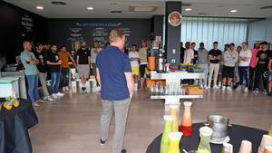 Koeman se dirige a sus jugadores en el comedor de la ciudad deportiva de Sant Joan Despí.