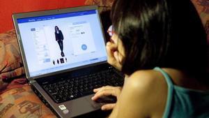 Una joven consulta una web.