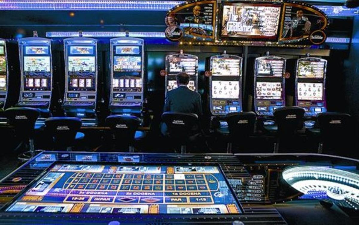 Sales de joc 8 Els menors no podran accedir a la part del casino on es juga en taules.