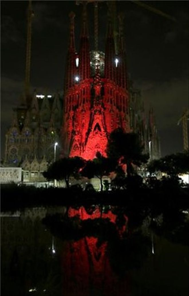 La Sagrada Família, de vermell pel Dia Mundial de la Sida.