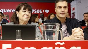 Sánchez llama al PP a que se sume al diálogo social y territorial para Catalunya. En la foto, Pedro Sánchez junto a Cristina Narbona.