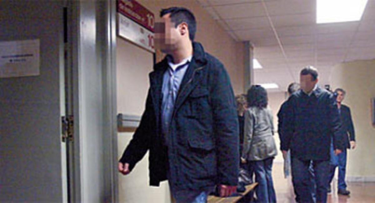 Los mossos procesados entran en el juzgado para declarar, en diciembre del 2006.