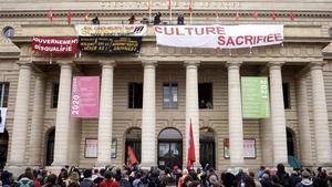 Manifestantes en el exterior del teatro Odeón, ocupado como medida de protesta,en París.