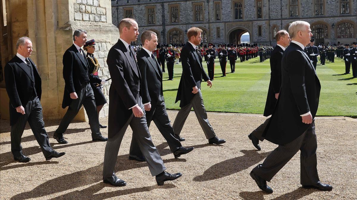 Los príncipes Eduardo y Enrique en el funeral del Duque de Edimburgo.