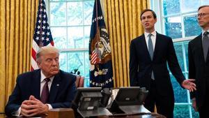 Donald Trump y su yerno y asesor Jared Kushner en el despacho oval tras anunciar el acuerdo de Bahréin e Israel.