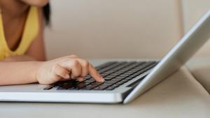 La Covid-19 accelera l'escassetat de portàtils a les escoles dels EUA