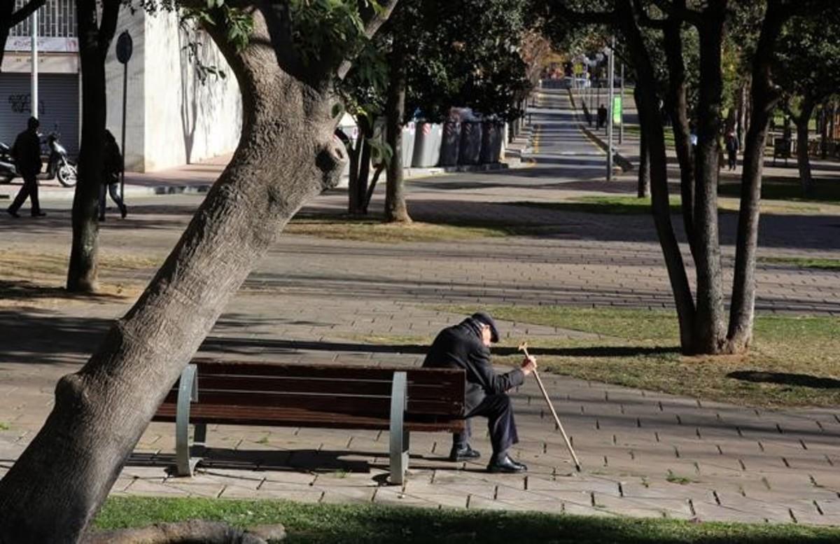 Un jubilado en un parque de Nou Barris, en Barcelona.
