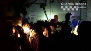 La Guardia Urbana desaloja una fiesta ilegal en el Poblenou la pasada noche.