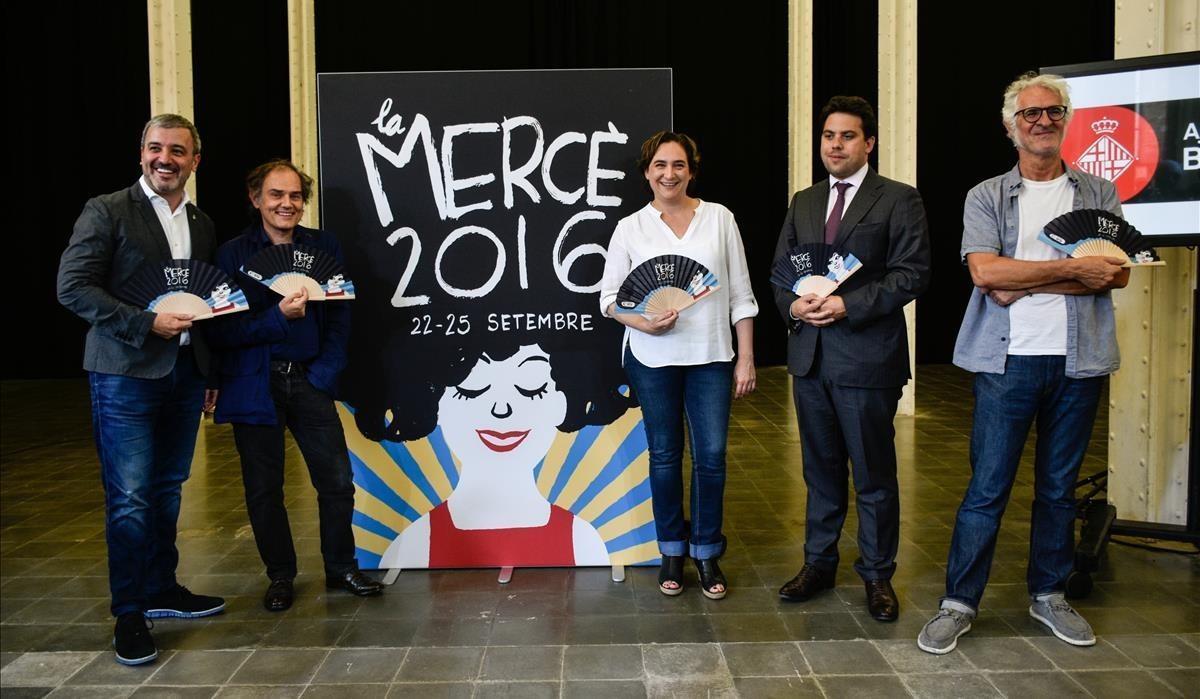 Jaume Collboni, Javier Pérez Andújar, Ada Colau, Patrick Klugman y Miguel Gallardo, junto al cartel de las fiestas de la Mercè.