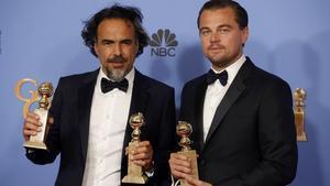 Alejandro González Iñarritu y Leonardo DiCaprio posan con sus globos de oro por 'El renacido'.