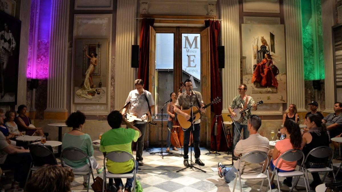 Un concierto del ciclo musical de blues en la sala noble del museo.