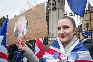 Foto de archivo de una manifestante a las puertas del Parlamento británico.