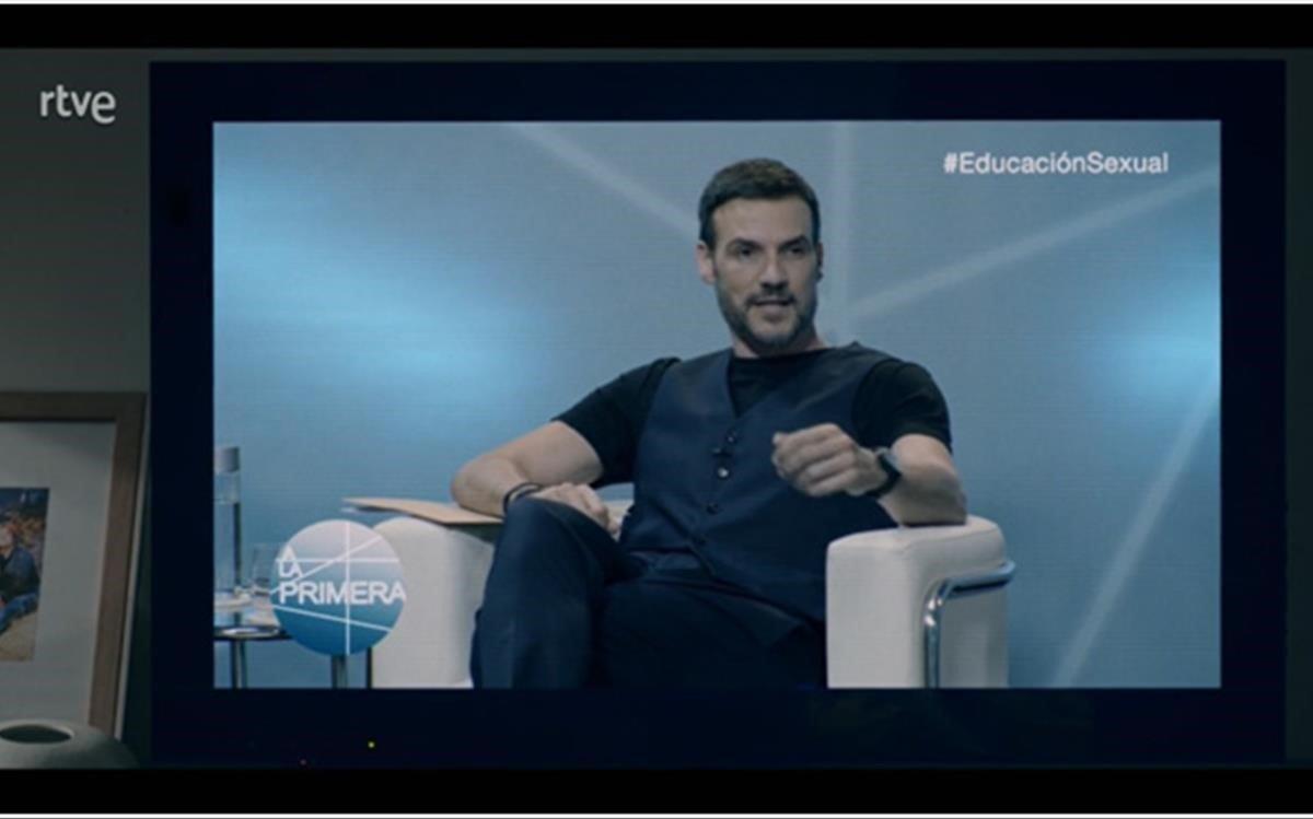Mirando al profesor Hugo en la tele (TVE-1).