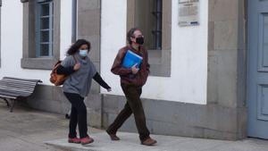 Los padres imputados de Cangas del Narcea, a su llegada al juzgado el día que declararon.
