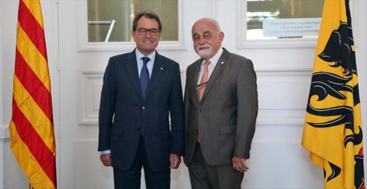 Mas y el presidente del parlamento flamenco, Jan Peumans, ayer.