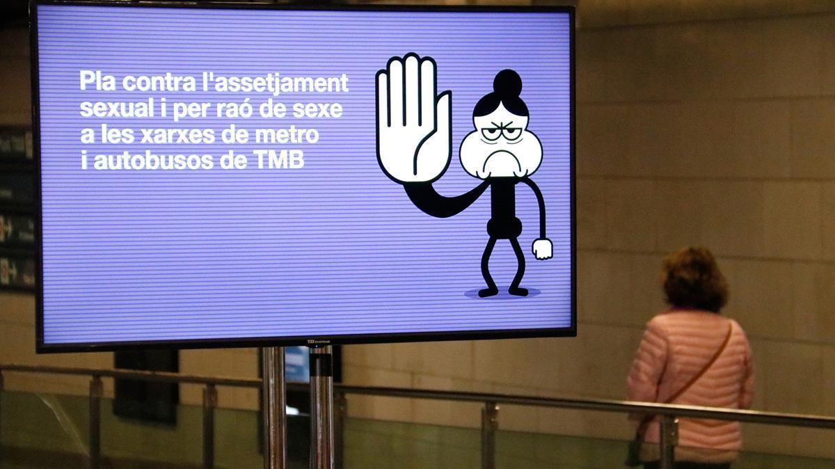 Una imagen del cartel de TMB contra al acoso sexual, esta mañana en el vestíbulo de la estación deUniversitat.