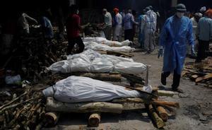 India suma 17 millones de casos en medio de la peor crisis de covid del mundo. En la foto, incineración en grupo de personas que han muerto por coronavirus en los últimos días, en un crematorio de Nueva Delhi, India.