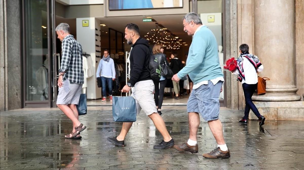 Compradores en el paseo de Gràcia de Barcelona.
