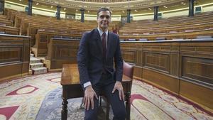 Pedro Sánchez posa en el Congreso tras ser elegido presidente de Gobierno.