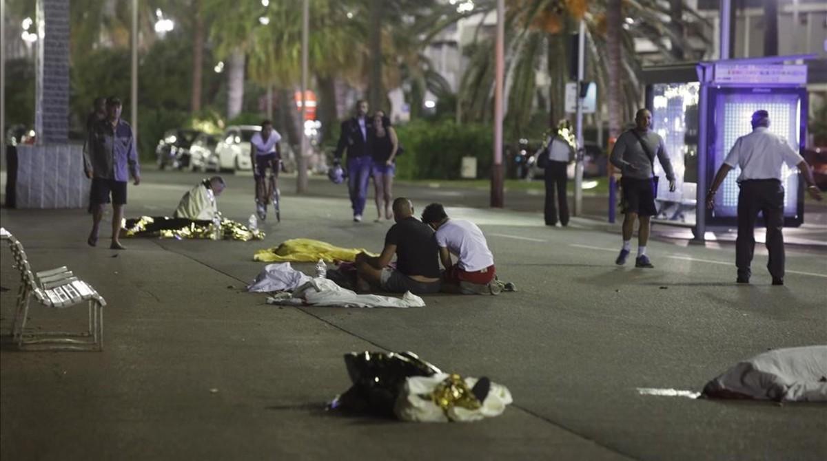 Un conductor arrolla con un camión a la multitud y causa al menos 73 muertos.
