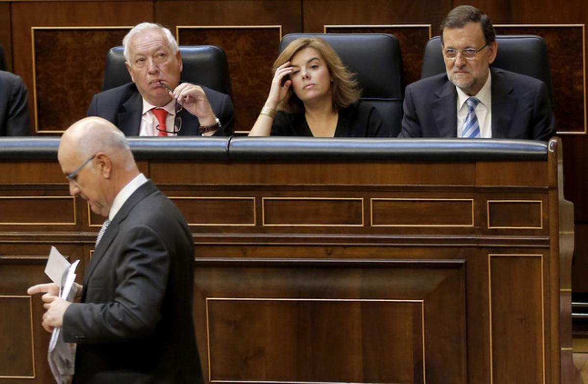 Duran pasa ante Rajoy, Sáenz de Santamaría y Margallo, en el pleno del Congreso sobre la ley de abdicación, el miércoles.