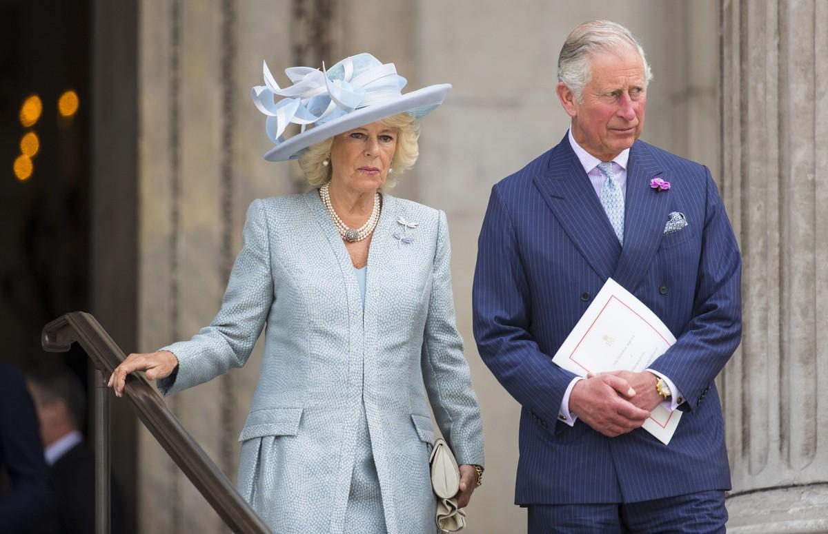 La duquesa de Cornualles y el príncipe de Gales abandonan la catedral de San Pablo tras la misa de celebración de los 90 años de la reina Isabel II.
