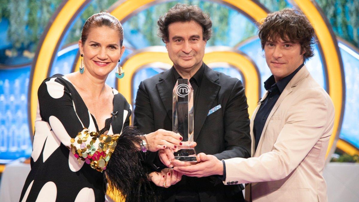 El jurado de 'Masterchef' con el trofeo para el ganador.