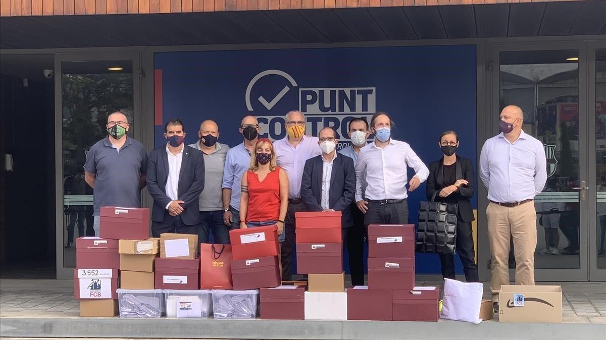 Los promotores del voto de censura contra Bartomeu entregan sus firmas en las oficinas del Camp Nou.