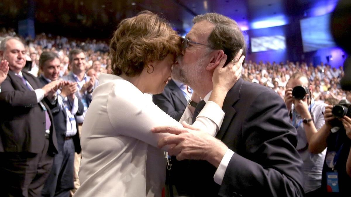 Rajoy se despide de Santamaría tras haber pronunciado su último discurso como presidente del PP, en julio, en el congreso del PP.