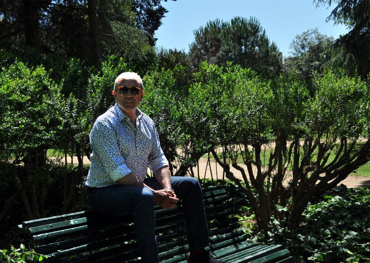 Martín Pérez, en el banco de los jardines del palacio de Pedralbes donde decidió cómo montaría el festival, que cumple siete años.