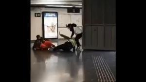 Captura del vídeo que circula de la agresión en Renfe.