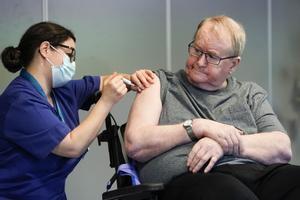 La enfermera Maria Golding vacuna contra el covid a Svein Andersen, que a sus 67 años ha sido el primer noruego en recibirla.