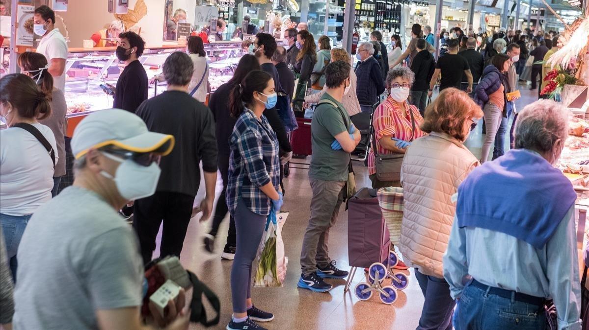 Los mercados, en la foto el Mercat del Ninot en Barcelona, pese al confinamiento de la población, han mantenido su oferta para abastecer a la población de productos de primera necesidad, como se refleja en esta instantánea tomada el 25 de abril.